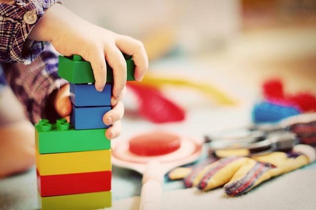 dítě se stavebnicí