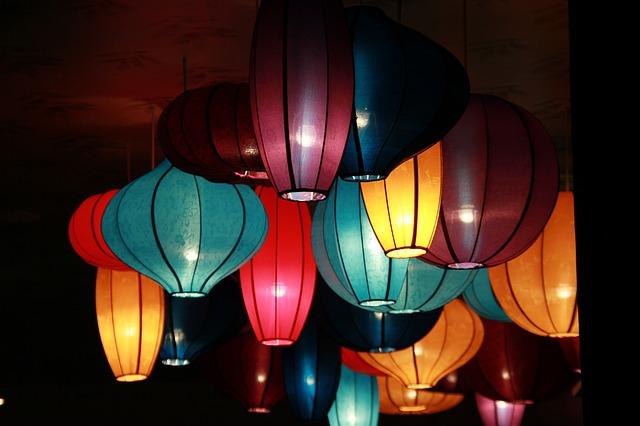barevné lustry