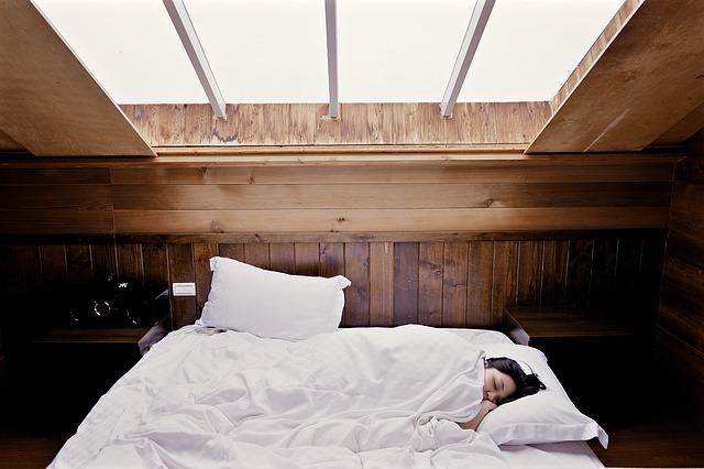 spaní pod oknem