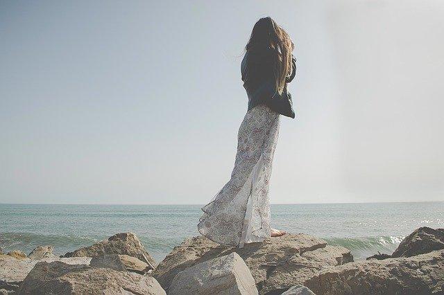 žena na útesu